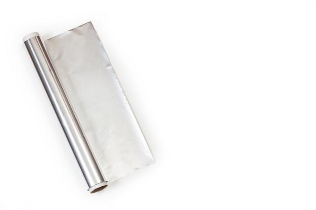 Rolka folii aluminiowej na białym tle