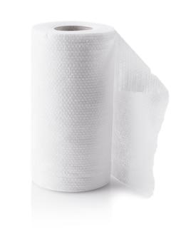 Rolka papierowych ręczników kuchennych na białym tle