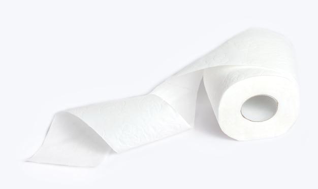 Rolka papieru toaletowego na białym tle.