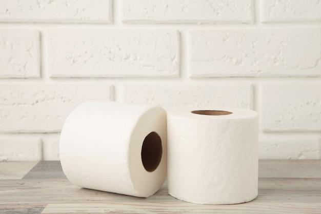 Rolka papieru toaletowego na jasnym tle, widok z góry. miejsce na tekst