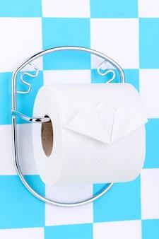 Rolka papieru toaletowego na uchwycie przymocowanym do ściany