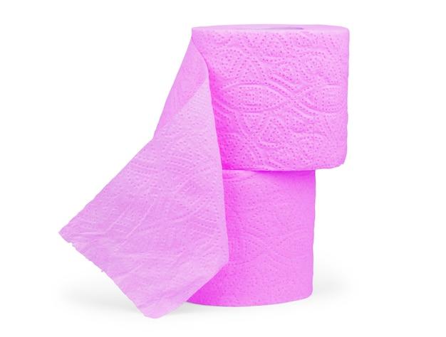 Rolka różowego papieru toaletowego na białym tle