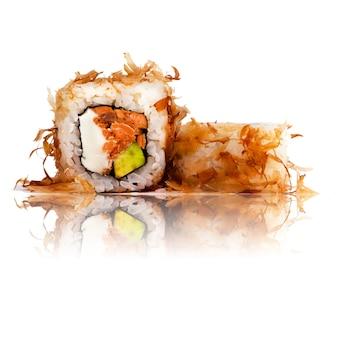 Rolka sushi na białym tle z odbiciem.