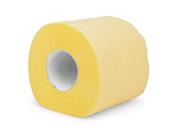 Rolka żółtego papieru toaletowego na białym tle