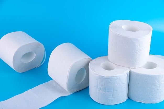 Rolki białego papieru toaletowego na niebiesko