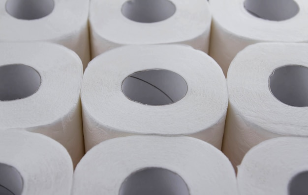 Rolki białego papieru toaletowego. niedobór papieru toaletowego.