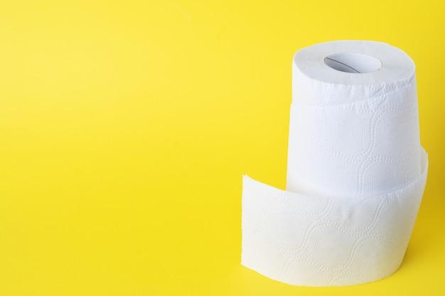 Rolki białego papieru toaletowego. skopiuj miejsce