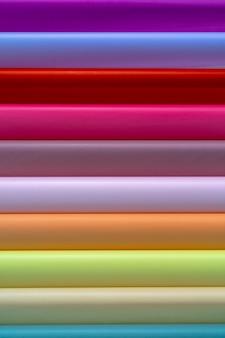 Rolki kolorowego papieru do pakowania. streszczenie tło gospodarcze.