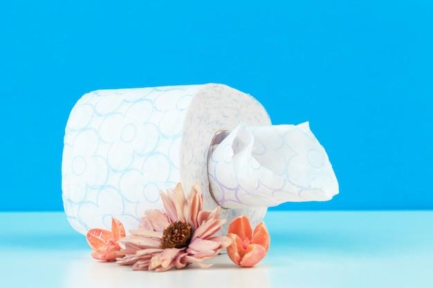 Rolki papieru toaletowego z naturalnych kwiatów z bliska