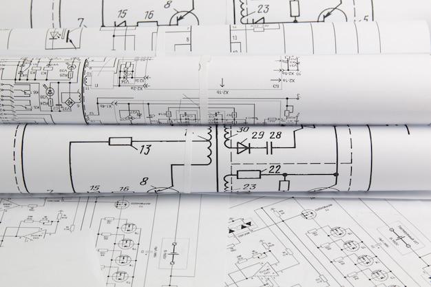 Rolki papieru z rysunkami elektrotechnicznymi