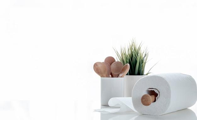 Rolki ręczników papierowych na białym stole.