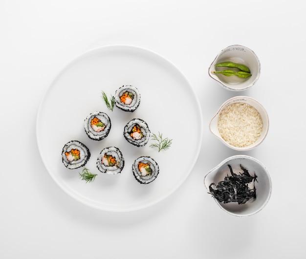 Rolki sushi leżące płasko z fasolą edamame