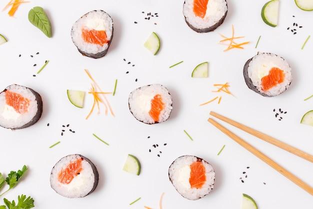 Rolki sushi leżące płasko