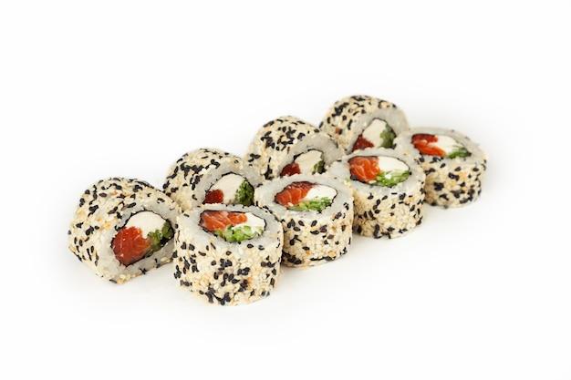 Rolki sushi na białym tle