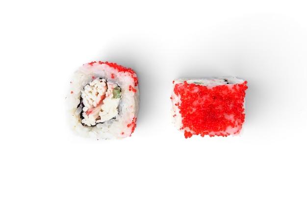 Rolki sushi z białą rybą, ogórkiem i kawiorem tobiko na białym tle.