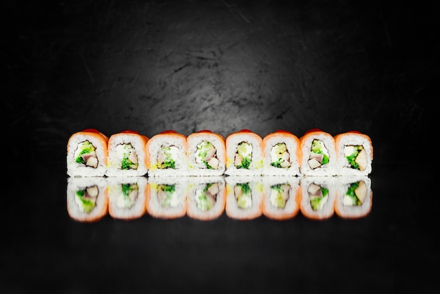 Roll czerwony smok z wędzonego łososia, nori, marynowany ryż, ser, uagagi okoń