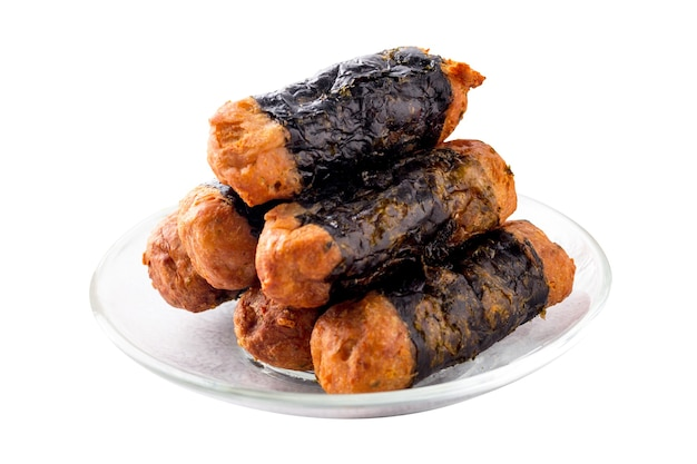 Roll kurczaka wodorostów są ułożone na szklanej płytce na białym tle.