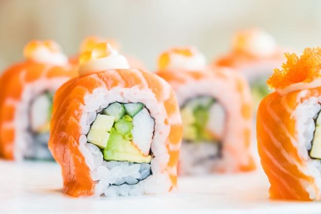 Roll łososia sushi