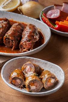 Roll stek w pysznym sosie pomidorowym.