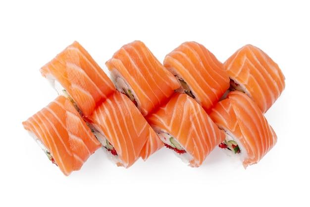Roll sushi philadelphia samodzielnie na białym tle