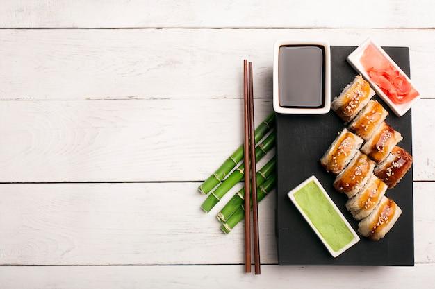 Roll sushi smoka w tle
