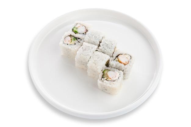 Roll sushi z krewetkami i świeżym ogórkiem. na białym talerzu ceramicznym. białe tło. odosobniony.