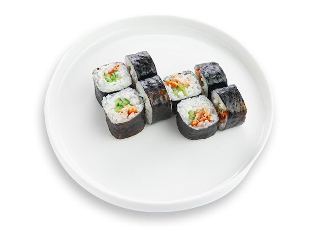 Roll sushi z pieczonym łososiem i świeżym ogórkiem. na białym talerzu ceramicznym. białe tło. odosobniony.