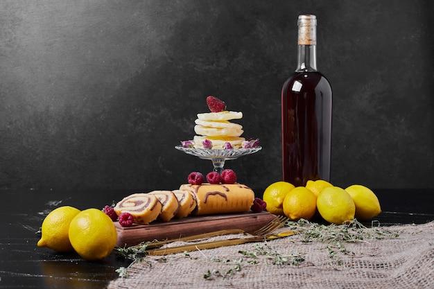 Rollcake z jagodami i napój na talerzu