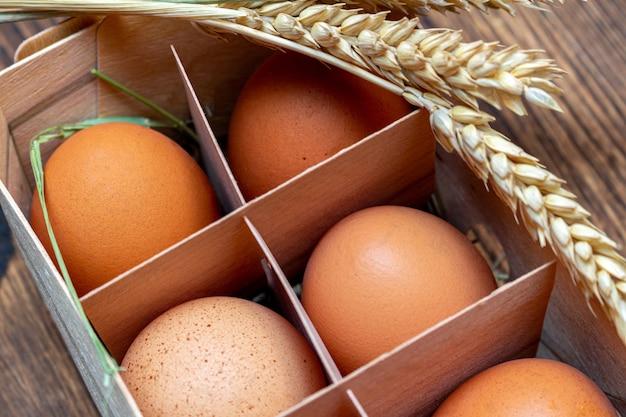 Rolne brązowe jaja ze słomą w korze brzozy pudełko drewniane z bliska