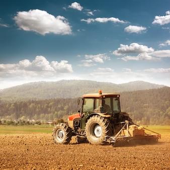 Rolnictwo Z Ciągnikiem Premium Zdjęcia