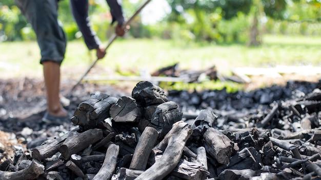 Rolnicy spalają węgiel drzewny z drewna ściętego z farmy