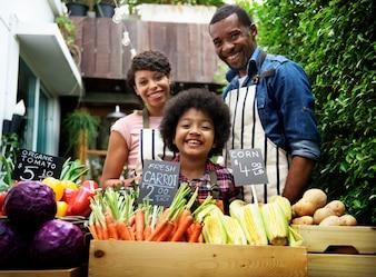 Rolnicy sprzedaje świeżych organicznie warzywa przy rynkiem