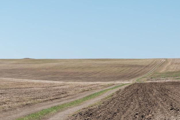 Rolnicze zaorane pole pole orne grunty orne pod jasnym niebem wiejski krajobraz