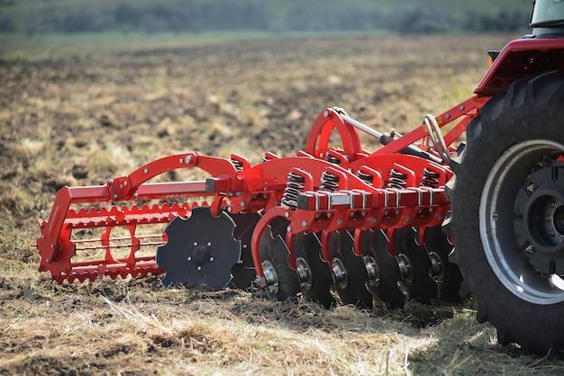 Rolnicze zbliżenie pługa na ziemi, maszyny rolnicze.