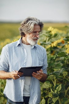 Rolnik bada pole. agronom lub rolnik bada wzrost pszenicy.