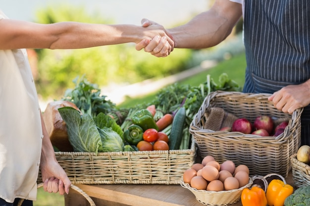 Rolnik i klient drżenie rąk