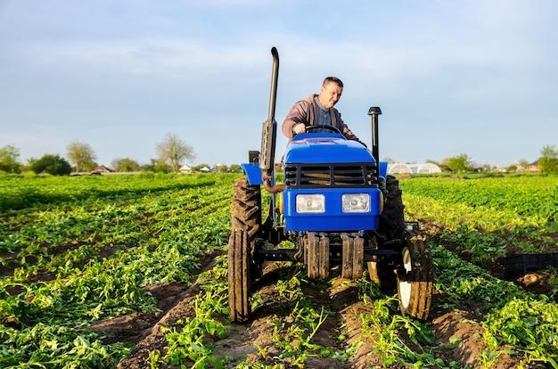 Rolnik jedzie w kierunku robót ziemnych na polu uprawnym zbierającym plony