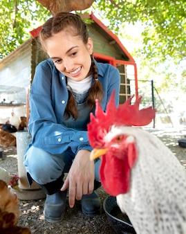 Rolnik karmiący kurczaki