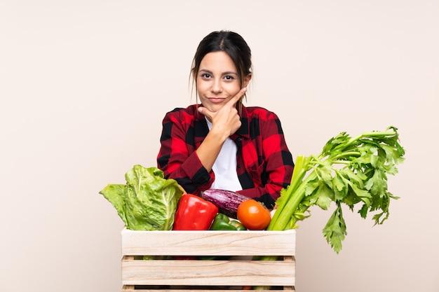 Rolnik kobieta gospodarstwa świeżych warzyw w drewnianym koszyku myślenia pomysł