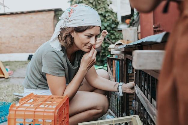 Rolnik kobieta na zewnątrz w gospodarstwie