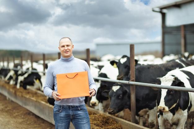 Rolnik krów hodowlanych pokazujący produkt
