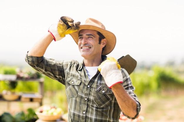 Rolnik niosący łopatę