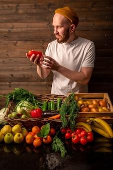 Rolnik sprzedający organiczne warzywa na targu w stylu rustykalnym koncepcja zdrowej żywności wysokiej jakości zdjęcie