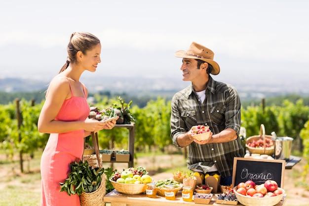 Rolnik sprzedający swoje produkty ekologiczne klientowi