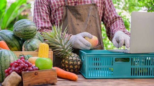 Rolnik sprzedaje świeże owoce online. koncepcja zakupów online i dostawy do domu. nowe normalne życie i biznes po covid-19. zablokuj i poddaj się kwarantannie.