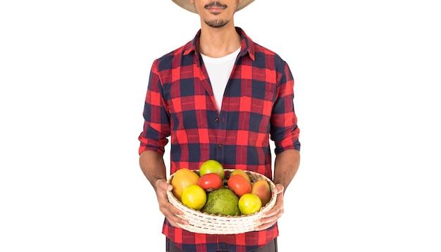 Rolnik trzyma kosz owoców