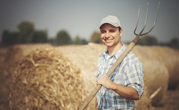 Rolnik trzyma widły