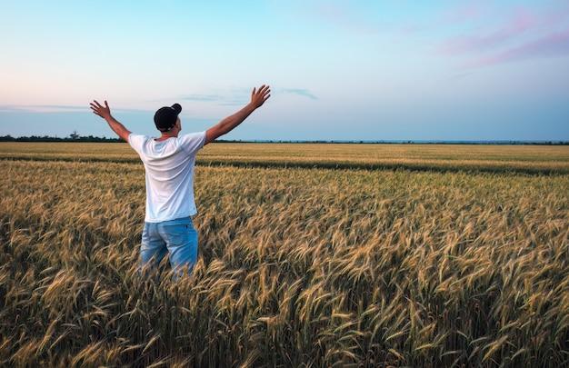 Rolnik w polu pszenicy.