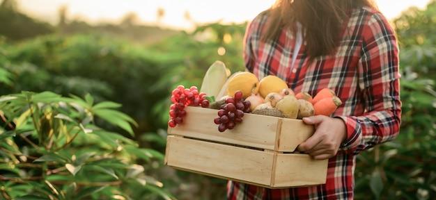 Rolnik z eko owoców i warzyw jesienią. rolniczych na róg obfitości zbiorów w sezonie jesiennym i święto dziękczynienia.