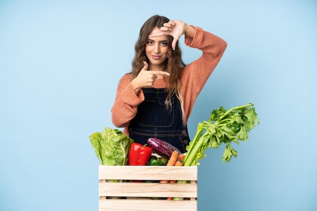 Rolnik ze świeżo zebranych warzyw w pudełku